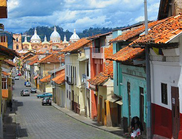 Strada con edifici coloniali a Cuenca